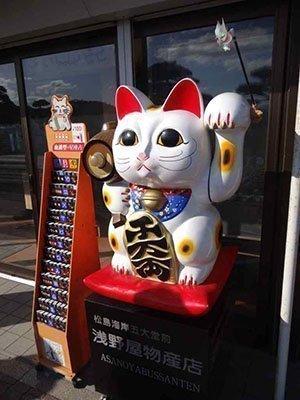El gato de la suerte en la entrada de una tienda