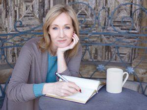 Foto de Joanne Rowling escribiendo mientras toma un café