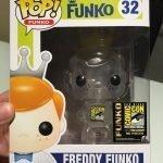 """Foto figura Número 32 """"Clear"""" de la colección Freddy Funko"""