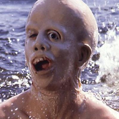 Foto de Jason Voorhees en la piscina, sin máscara y cuando era niño