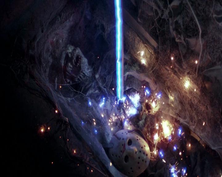 Foto de la escena de la película que sale Jason Voorhes con una barra metálica clavada