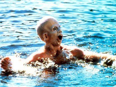 Foto de Jason Voorhees intentado salir del agua