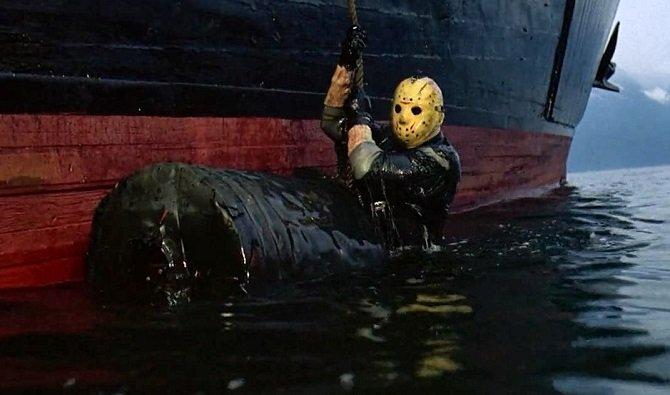 Foto de una escena de la película con Jason Voorhees subiendo al barco