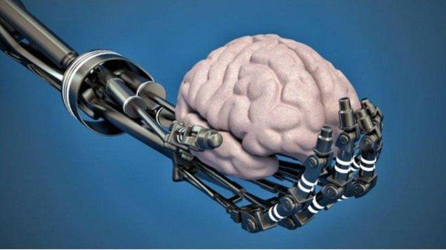 Foto de una mano robótica sosteniendo un cerebro